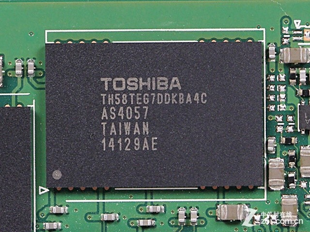 Toshiba TH58TEG7DDKBA4C 16GB MLC闪存 闪存方面采用19nm制造工艺的Toshiba TH58TEG7DDKBA4C Toggle DDR2 2.0 MLC闪存芯片,缓存方面,搭载有2颗容量256MB的南亚DDR3高速缓存芯片,它们为整颗SSD的读写提供高速的数据缓冲。缓存容量如果增大反而会影响其性能,M6PRO的256GB版本配置512MB缓存、512GB/1TB版本配置768MB缓存。 编辑点评:这款浦科特M6Pro 256GB SSD与闪迪新旗舰至尊超极速规格相仿,但