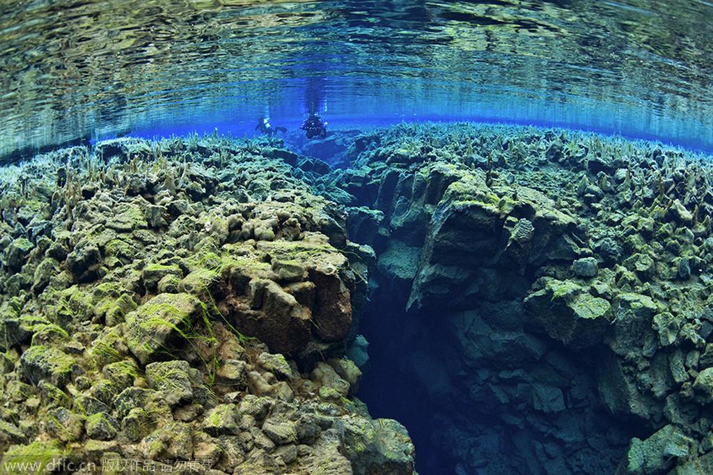 """冰岛大裂谷湖底 地球最美""""伤疤"""""""