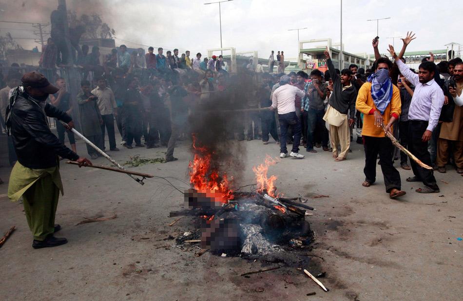 基斯坦众动用私刑街两恐袭嫌犯