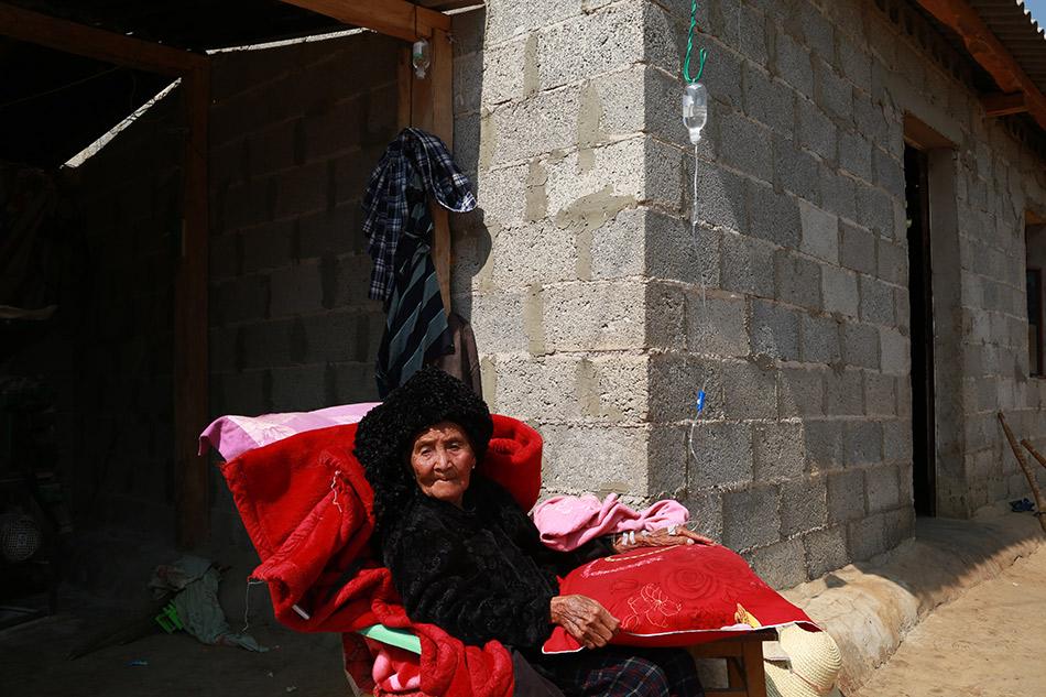 缅甸难民老人生病,去附近的诊所开药输液.-中缅边境小镇 云南孟定图片