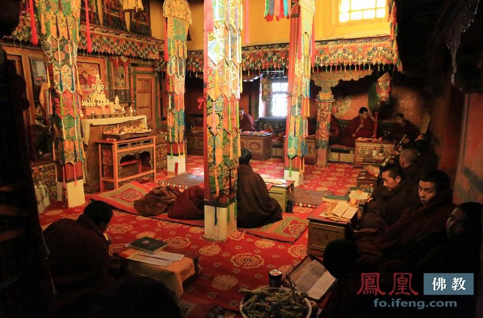 ...2015年藏历新年期间僧人在寝宫诵经.(图片来源:凤凰佛教 摄...