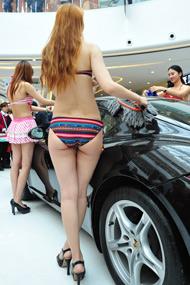 比基尼美女清洗豪车引围观