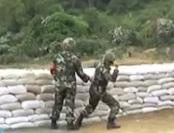 实拍:武警新兵训练抛手榴弹脱手瞬间