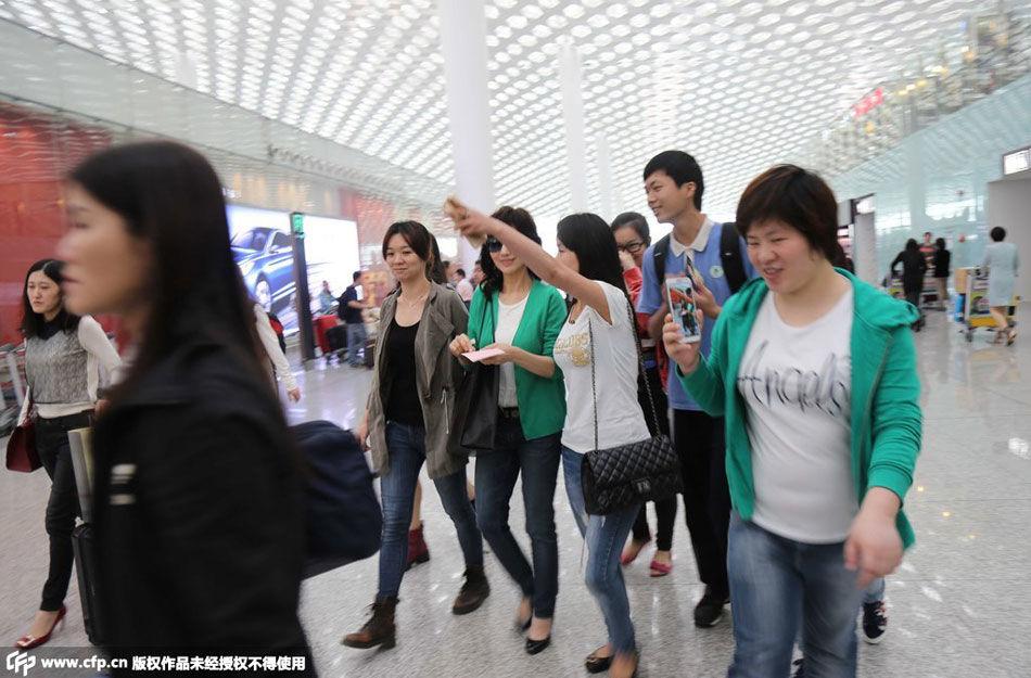 赵雅芝在机场遭围观图片