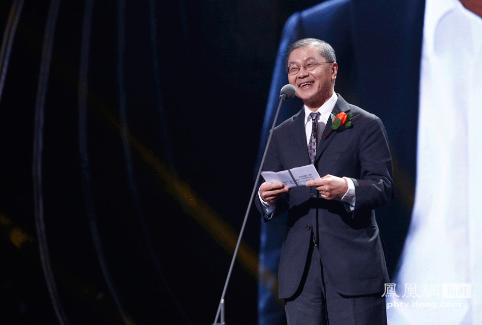 第十一届全国政协副主席张梅颖为美籍华裔科学家何大一颁奖