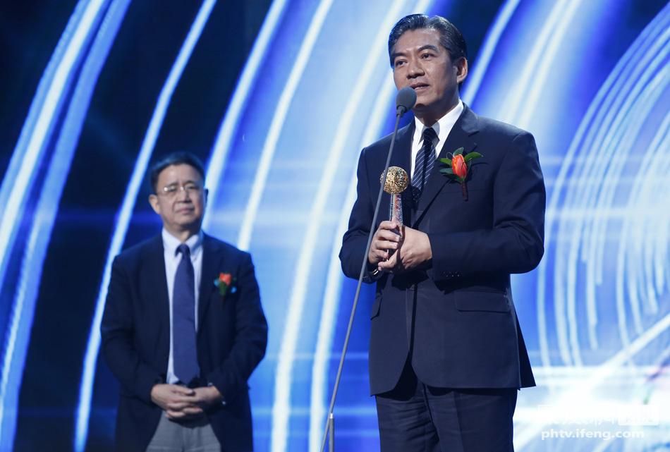 中国公益研究院院长王振耀为慈济基金会颁奖 代表何日升领奖