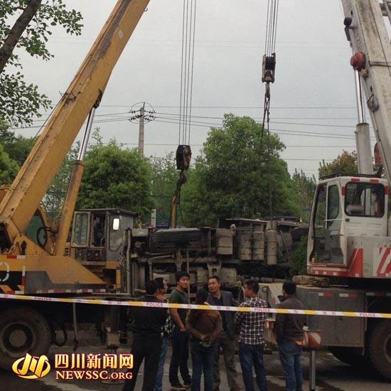 成都:80吨砂石车爆胎翻倒压教练车 车中5人死3人(图)