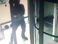 监拍银行保安以一敌三对射抢匪 近距击中
