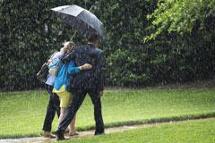 奥巴马雨中为女官员顶风撑伞