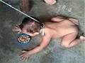 毒母拿儿子当狗养 栓颈绳喂狗食发照炫耀