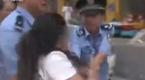 山西女子脱鞋抽3名警察 警察高喊:暴力抗法