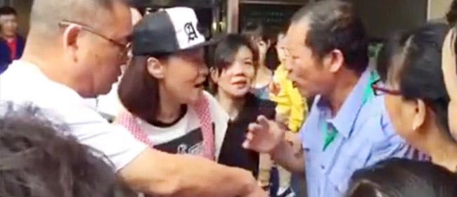 """网友曝周艳泓携女憔悴""""卖田螺""""  被城管满街追"""