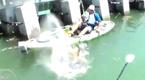 渔民钓起神秘大鱼 水中翻腾险些将船顶翻
