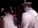 男子酒驾遇警察 撒腿就跑掉粪坑