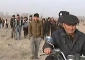新疆上万民众持棍抓女暴恐分子 地上发现一物