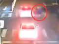 实拍电瓶车司机逆行闯红灯遭两车接连碾压