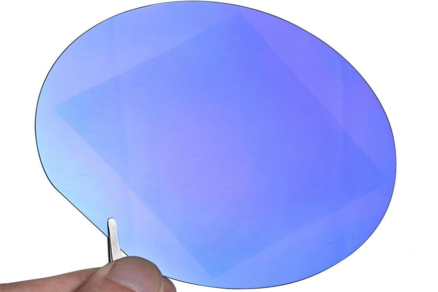 """石墨烯的诞生倒是一件趣事。当时盖姆把一大块儿高定向热解石墨和一台高级抛光机交给了一位新来的中国博士生,希望他做出尽可能薄的膜。三个星期后博士生给了盖姆一个10微米厚的培养皿.盖姆生气地问他能不能磨得更薄,博士生说:""""那你就自己来吧。"""""""
