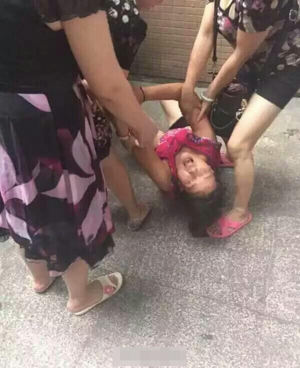 大人抱着孩子打电话 孩子不慎从16楼飘窗坠亡