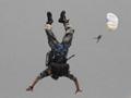 实拍解放军特战队水上跳伞 入水前迅速抛伞
