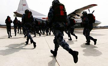中国空降兵演习绚丽场面曝光 空投载具亟待更新