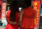高温下的重庆街头美女
