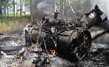 美F16战机与民机相撞坠毁 现场惨烈引擎断成两节