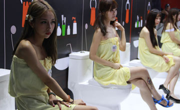 Showgirl裹浴巾站台?厂商也是蛮拼的