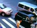 广州嫌犯驾车遭警方6车围堵 撞开警车逃走