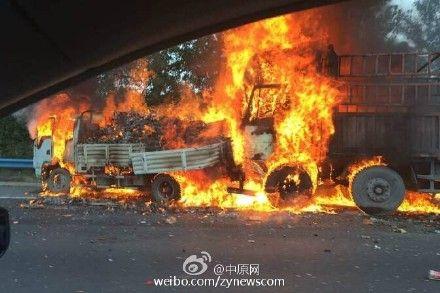 京港澳高速郑州段3车相撞 载酒货车自燃