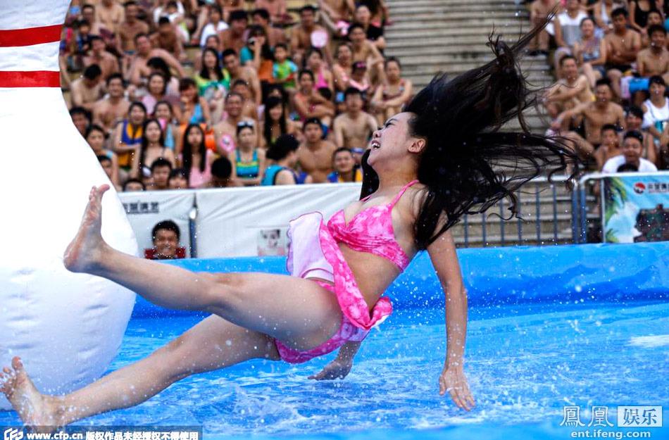 """演艺直播平台""""六间房""""的美女主播齐聚杭州浪浪浪水公园,带来了图片"""