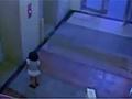深圳女童独乘电梯 从11楼廊道爬出坠亡