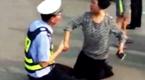 河北交警与酒驾司机母亲路中央互相跪拜磕头