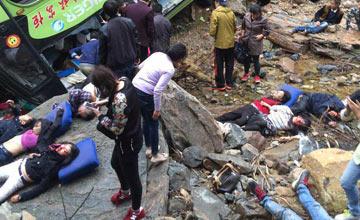 大巴车坠桥惨烈现场 至少7人死亡