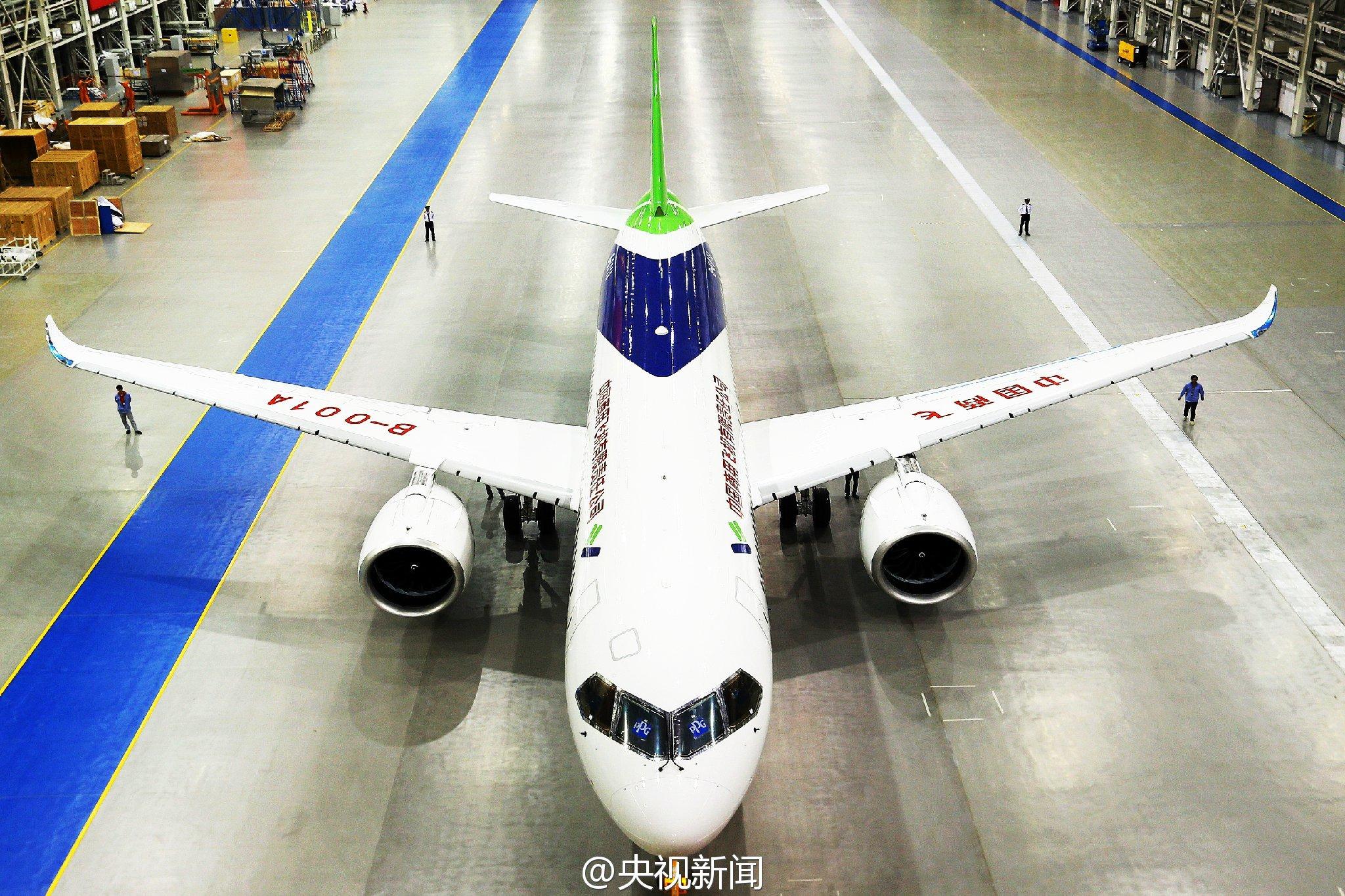 实拍国产大飞机c919总装下线 布局168座位