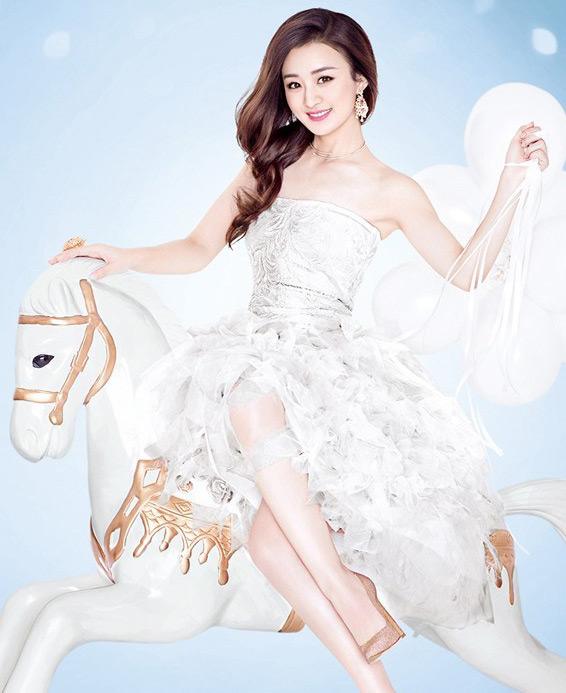 在白色的梦幻光影下,赵丽颖笑容明媚好似冬日暖阳,散发可爱魅力的她