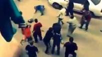 实拍男子当街殴打妻子引众怒 遭数十名群众扔砖群殴