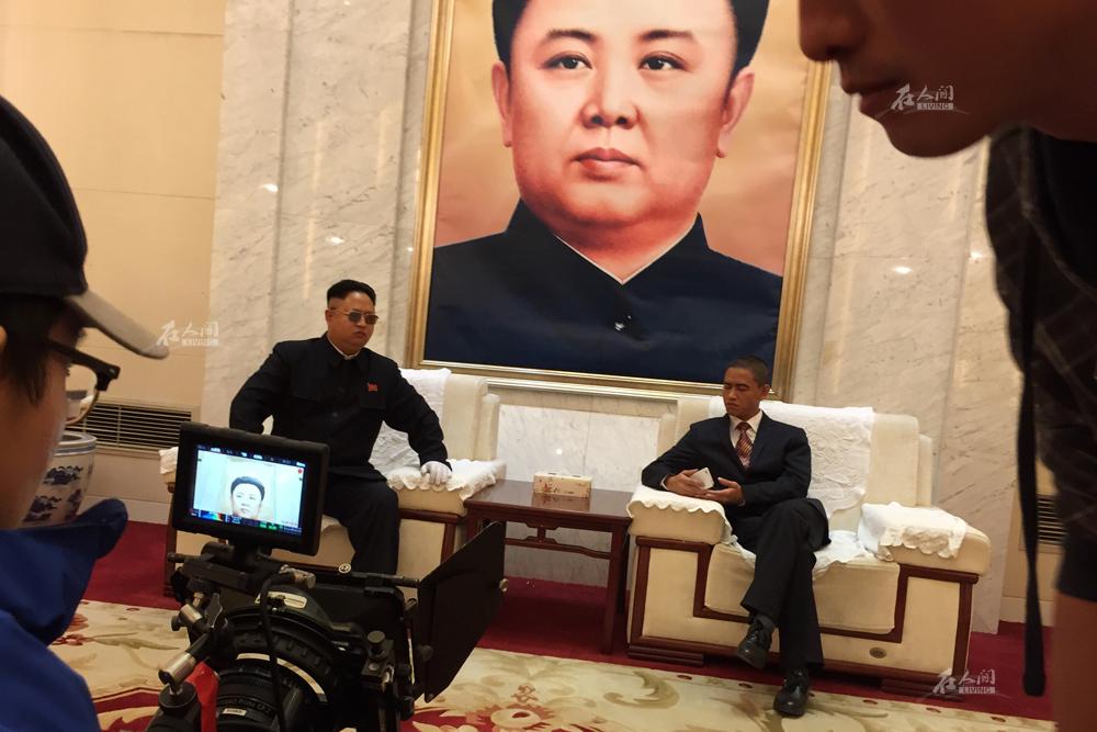 """他与奥巴马联系最紧密的就是脸。10月20日,北京,肖基国与小金哥在一部网络电影里""""本色演出""""。""""我不认为我是通过奥巴马炒作,而只是借用我的特色,以跟奥巴马共同的形象进入了娱乐圈。"""""""