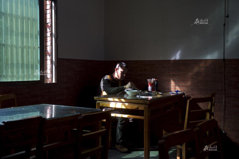 """以前当保安的时候,肖基国收入很低,过生日时才舍得跟朋友下馆子。如今他经常参加各种晚宴,但他还是习惯吃点家常小菜。""""那些大鱼大肉吃得不踏实,还没有一盘农家小炒肉吃得饱。"""""""