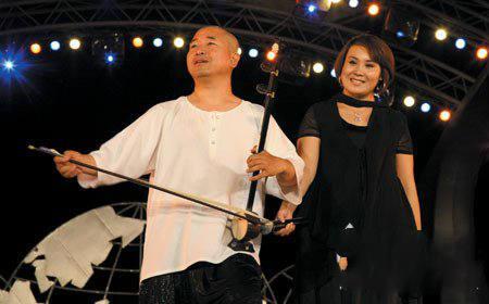 他是赵本山左膀右臂 两任老婆都貌美
