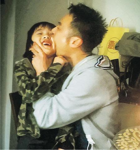 [明星爆料]吴镇宇庆53岁生日与爱子玩作一团 调皮咬儿子(图)