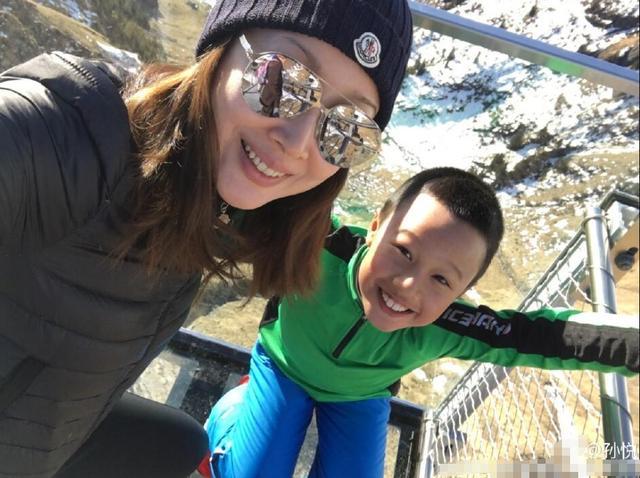 [明星爆料]43岁孙悦晒滑雪照 儿子姿势炫酷抢镜