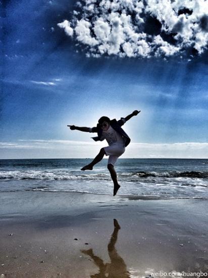 [明星爆料]黄渤沙滩上一跃而起 遭调侃:姿势太扭曲(图)