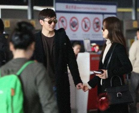 [明星爆料]蔡琳与老公高梓淇现身机场 频摸小腹疑有喜