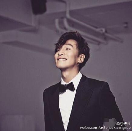 [明星爆料]李光洙穿西装露灿烂微笑 粉丝直呼要表白(图)