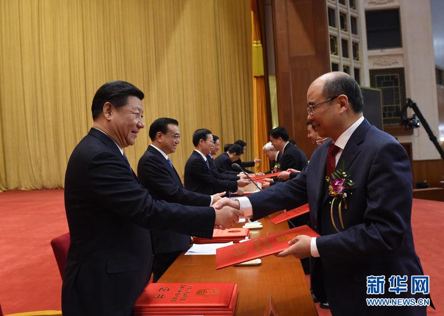 北京 ***/中国科学院上海微小卫星创新院主任相里斌接受***颁奖的照片...