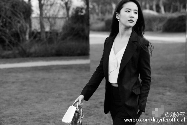 刘亦菲穿西装帅一脸 引网友纷纷大喊 老公