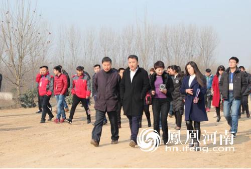 参会媒体记者、旅行商等代表参观樱花园