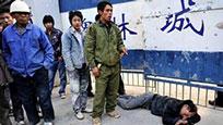 网曝陕西一公司保安暴打讨薪农民工 现场哀嚎不断