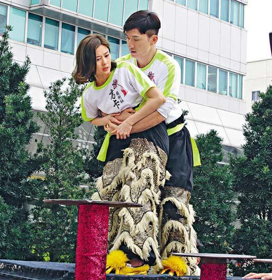 [明星爆料]TVB女星拍戏遭揽腰熊抱 表情略显尴尬(图)
