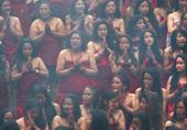 印度女子半裸圣浴为夫祈福